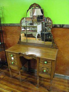 dressing table in Dressers & Vanities