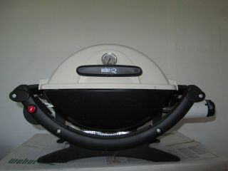 Weber Q 100 Portable Propane Gas Grill w Adapter Hose
