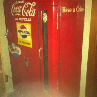 Vintage Coke Machine w Lock Key Unrestored