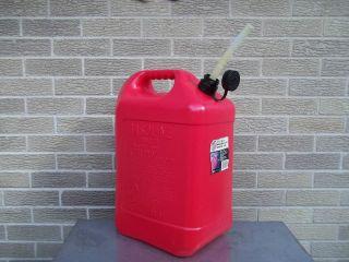BLITZ PLASTIC GAS CAN W / FLEX SPOUT , CAP & VENT CAP ( 6 GAL )