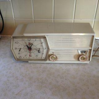 Vintage 1950s RCA Victor Clock Alarm Radio
